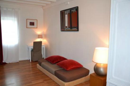 Sainte-Honorine-des-Pertes, France : chambre rouge
