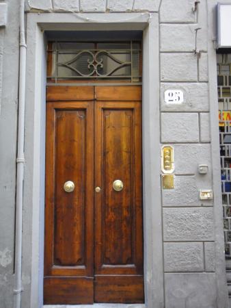 Florence Apartments Central: Джильо: вход в апартаменты с улицы