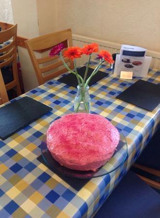 Thornhill, UK: Assam and raspberry cake