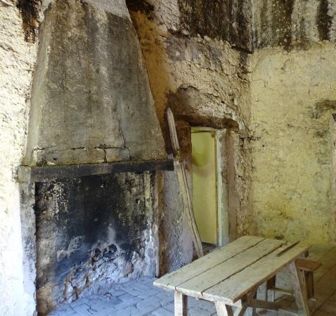 Castel di Ieri, Italy: Locali in continuità con la chiesa