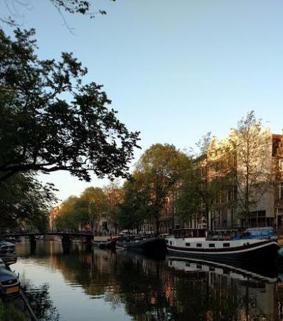 Singel Hotel Amsterdam : View of the canal just stepping outside the Singel
