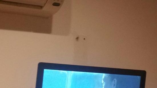 باشا: holes in wall