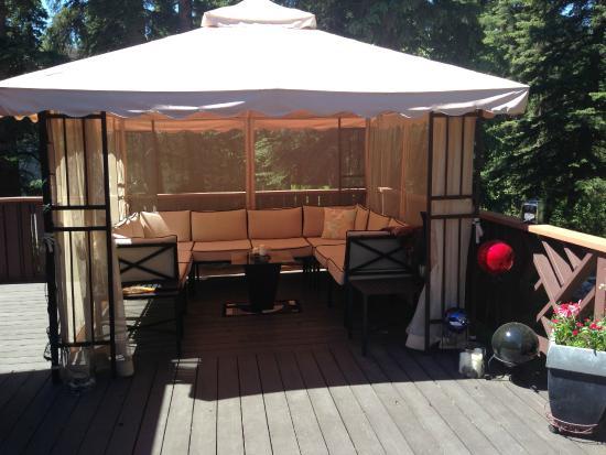 Redwood Meadows Bed & Breakfast: Outside deck screened in gazebo