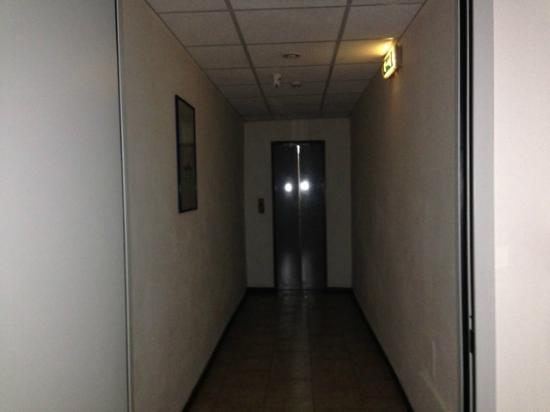 Hotel La Meridienne: il corridoio per l'ascensore
