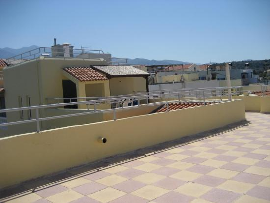 la tres grande terrasse sur le toit picture of sissi. Black Bedroom Furniture Sets. Home Design Ideas