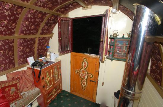 Hoarwithy, UK: Lovely interior of our wagon(doors and windows wagon)