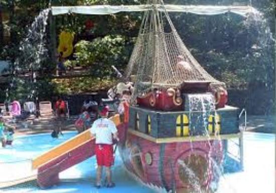 Calverton, نيويورك: Pirates Cove Slides