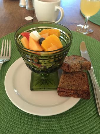 Old Crocker Inn: fruit with banana loaf
