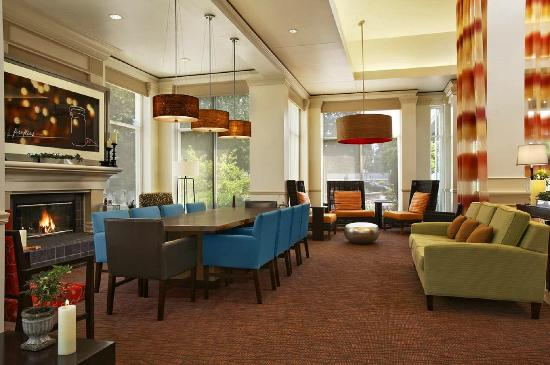 Hilton Garden Inn Saratoga Springs: Bright Lobby with Relaxing Fireplace