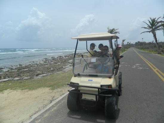 Posada Lizard House: paseando en carrito  de golf por la isla