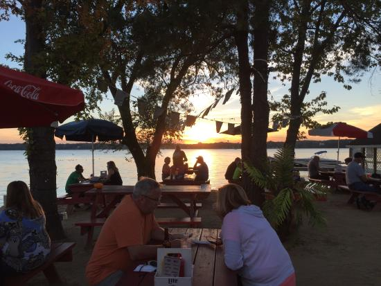 Cedar Lake, Ιντιάνα: Outside Dining Area at The Sandbar Grill