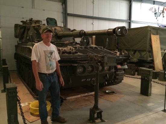 Wasta, Dakota Południowa: Owner in front of mobile artillery.