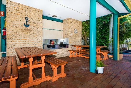 Beaches Serviced Apartments: BBQs and putt putt