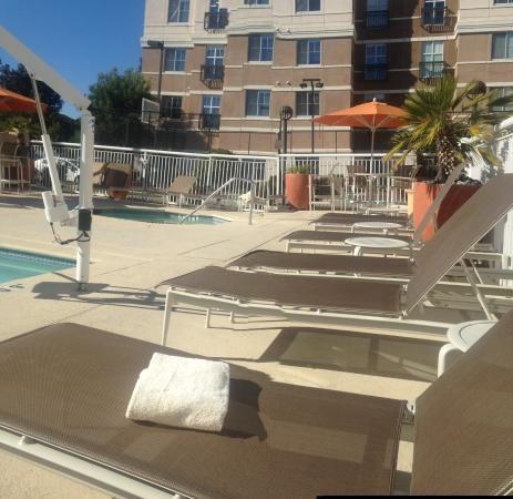 La piscina no es climatizada picture of hyatt house for Piscina climatizada