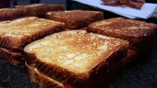 Woodland Inn Bed and Breakfast: Strawberry Stuffed French Toast