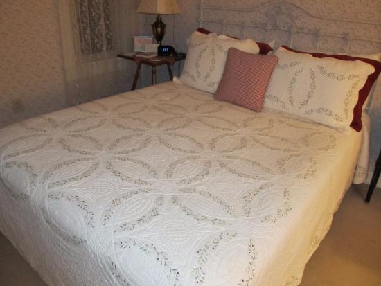 Buttonwood Inn on Mount Surprise: Our bed with a lovely quilt