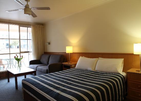 Summerhill Motor Inn: Deluxe Balcony Room