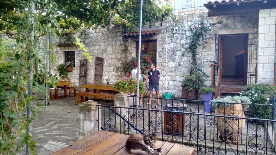 Alikampos, Griekenland: Outside, in the garden!