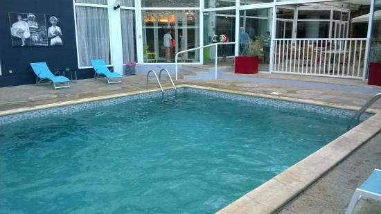 La piscine interieure picture of hotel arles plaza for Hotel nice piscine interieure