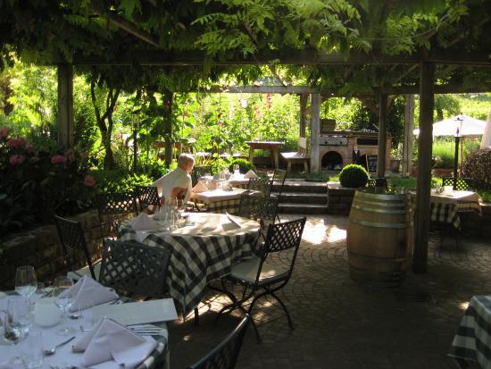 Hotel Weingut Stroblhof: Gastgarten für Frühstück und Abendessen