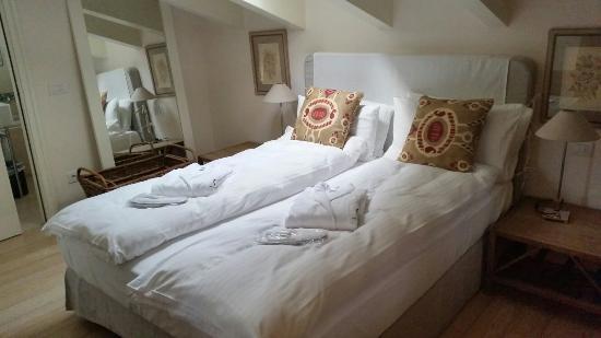 Les Fleurs Bleues Chalets Aparthotel: Camera da letto di uno degli appartamenti in mansarda