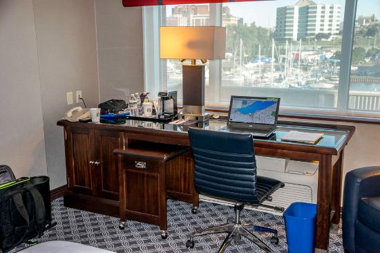 Sheraton Erie Bayfront Hotel: Nice desk area