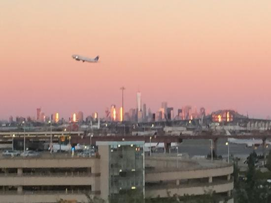 Newark Liberty International Airport Marriott: Cozy room with great view of airport and NYC in the background