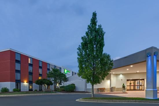 Holiday Inn Express in Wilkesboro: Hotel Exterior
