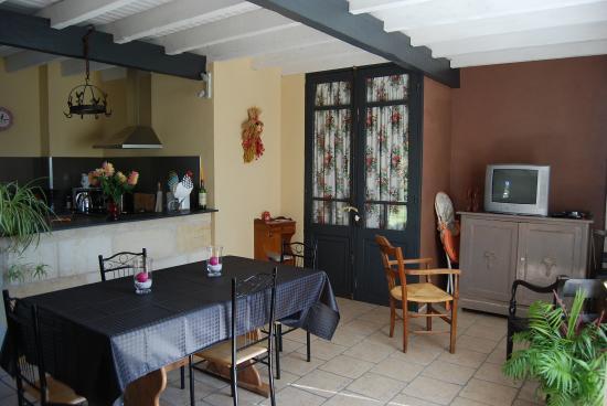 Vignonet, Frankreich: Cuisine salle à manger des 2 chambres d'hôtes