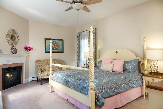 Beech Tree Inn and Cottage: Suite with King-sized bed, fireplace, private deck