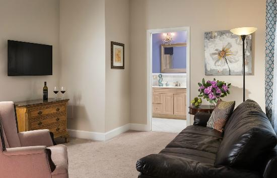 Beech Tree Inn and Cottage: Suites with separate sitting room