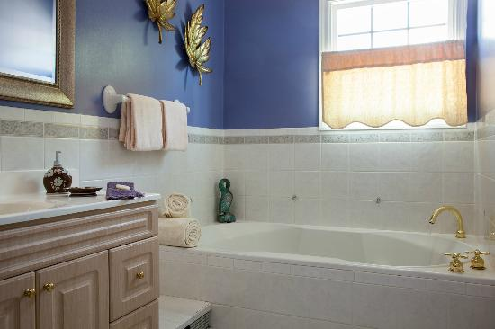 Beech Tree Inn and Cottage: Sink into a nice hot Jacuzzi tub!