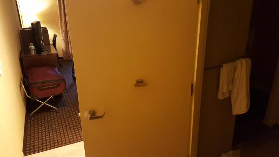 Hampton Inn & Suites Prattville: Bathroom door