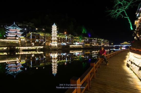 Fenghuang Ancient City Museum: เฟิงหวงยามค่ำคืน