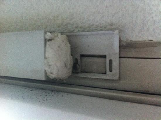 Ibis budget Saint Gratien Enghien les Bains : dirty ventilation strip at the window