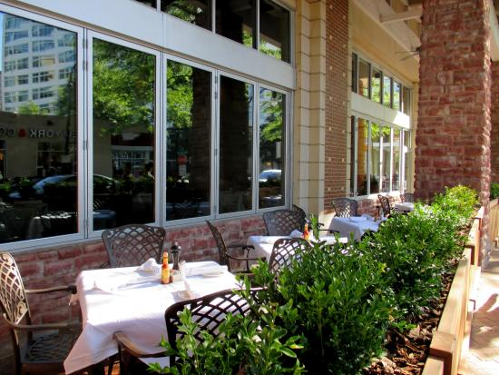 Copper Canyon Grill: Outdoor seating at Copper Canyon.
