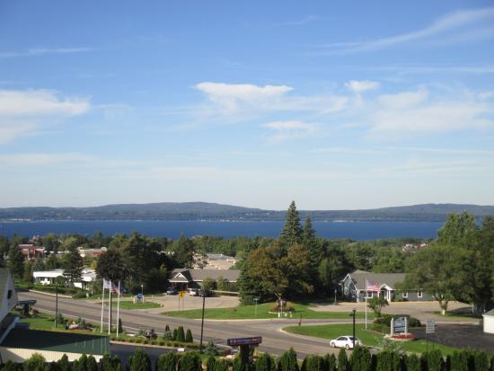 Odawa Hotel: Better bayside view of Little Traverse Bay.