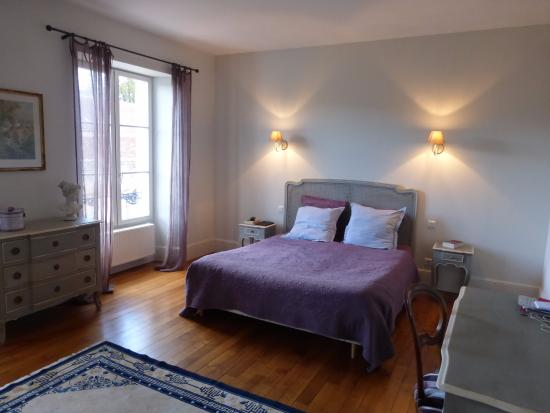 Les Chambres d'Hotes du Faubourg Saint Pierre : Bedroom in our Chablis b&b