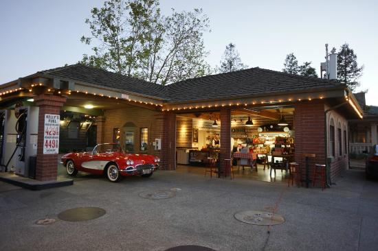 Yountville, CA: Kelly's at dusk