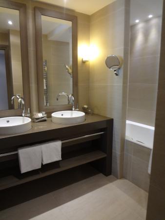 Salle de bain picture of hotel le nouveau monde saint for Salle de bain art nouveau