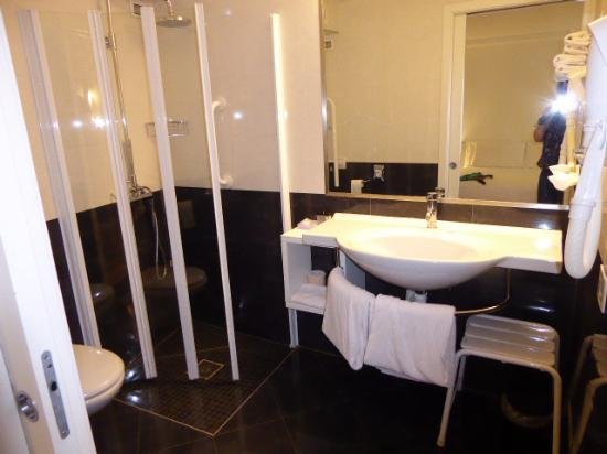 Funny shower screen and hose hairdryer picture of urban for Design hotel urban