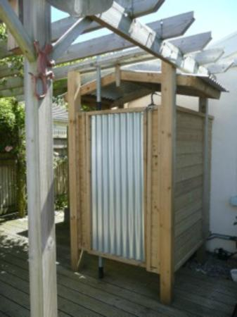 Kingsacre House B&B: Hot, outdoor shower straight from the beach so no chilly carpark!