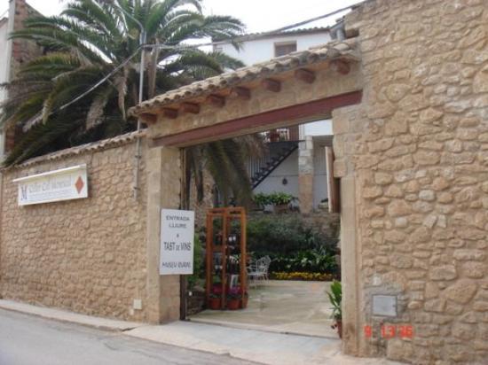 Celler Cal Menescal: Entrada bodega desde carretera