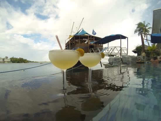 Colonia, Negara Federasi Mikronesia: Cocktails by the pool