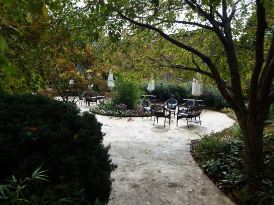 Higher Ground Hotel: Beautiful garden and seating area.