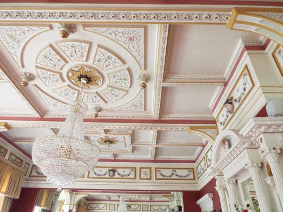 The Tower Hotel: Beautiful  Ceilings  in the main Dining Room