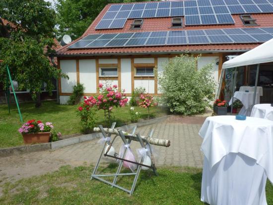 Reichenow, Allemagne : Ruhiger Innenhof mit Festscheune