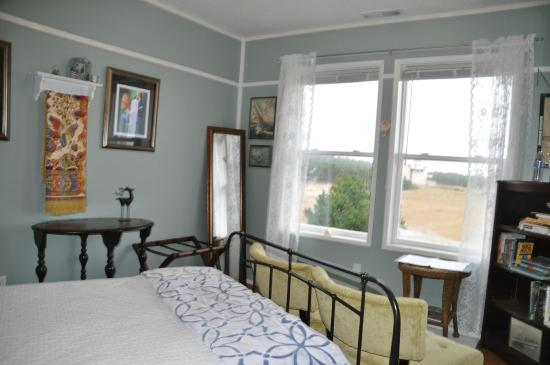 Campbell House at Klipsan Beach: Andrea's Room: Full Bed with Bright, Seaside Colors, Artwork & Design