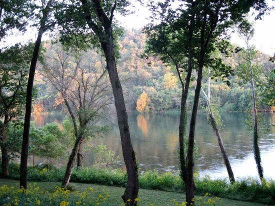 PJ's Bed and Breakfast Lodge: A view of the White River from the deck