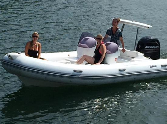 Jamestown Resort & Marina: Chicks boating